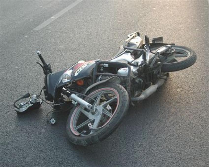 Motosikletten düştü ve...