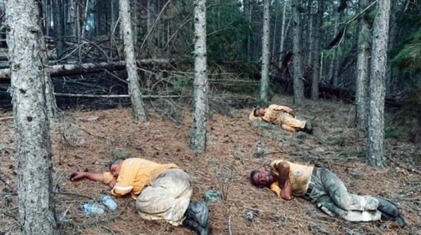 Orman işçileri yangını söndürdükleri bölgede toprak üstünde uyudu