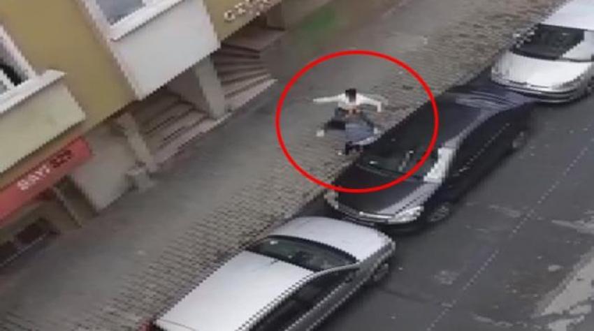 Hamile kadın sokak ortasında tekmelendi