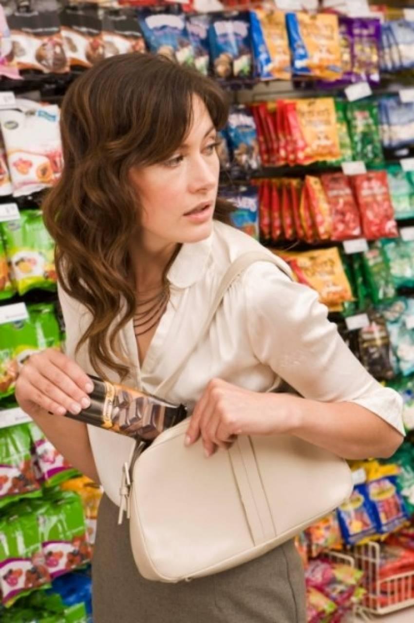 Mağazalardan kıyafet çalan kadın yakalandı