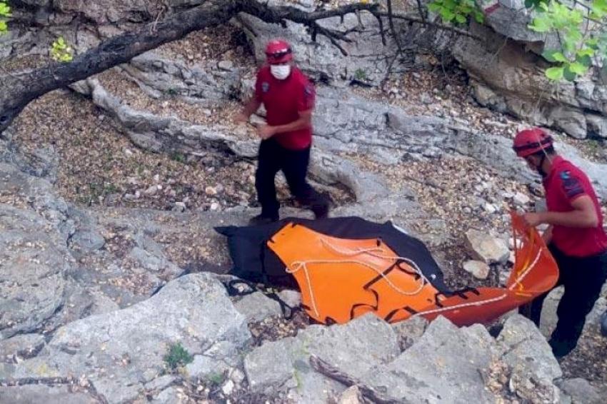Kayalıklarda erkek cesedi bulundu