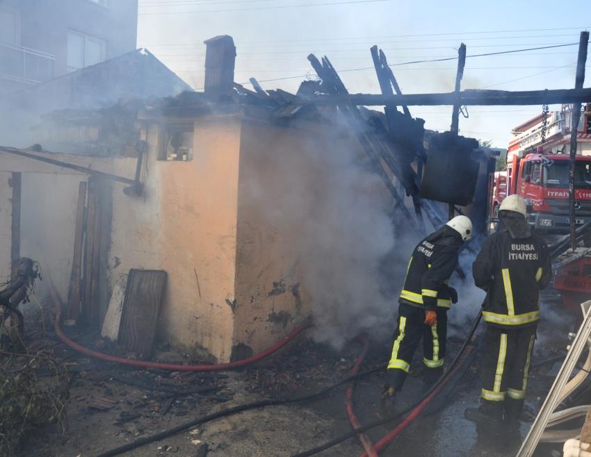Bursa'da yangın evi kül etti