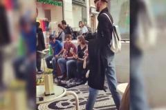 İrem Derici Sokakta Şarkı Söyledi, Tanıyan Çıkmadı
