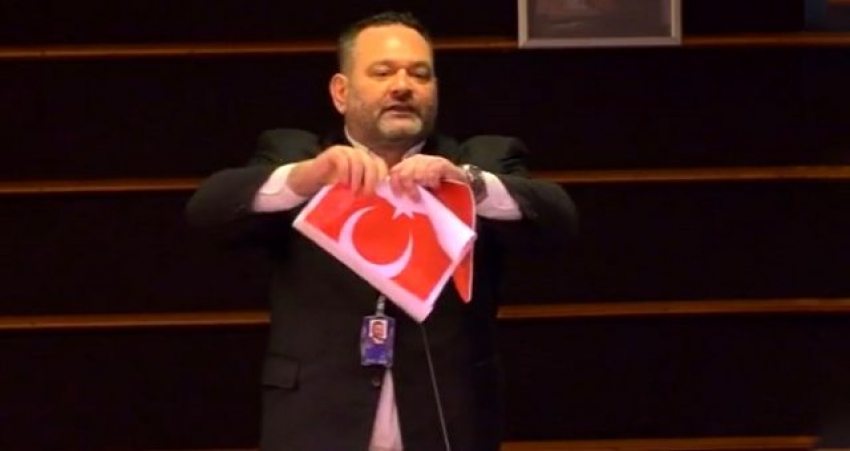Yunan vekil bayrağımızı yırttı