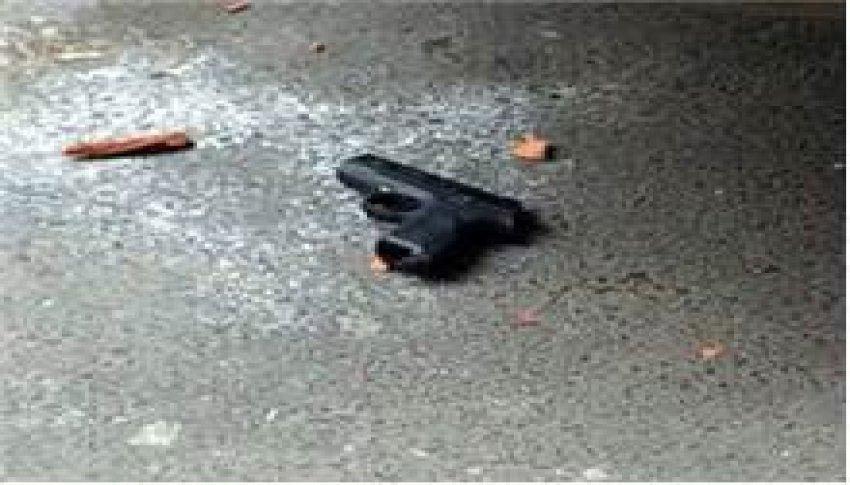 Kaçan göstericiler silah düşürdü