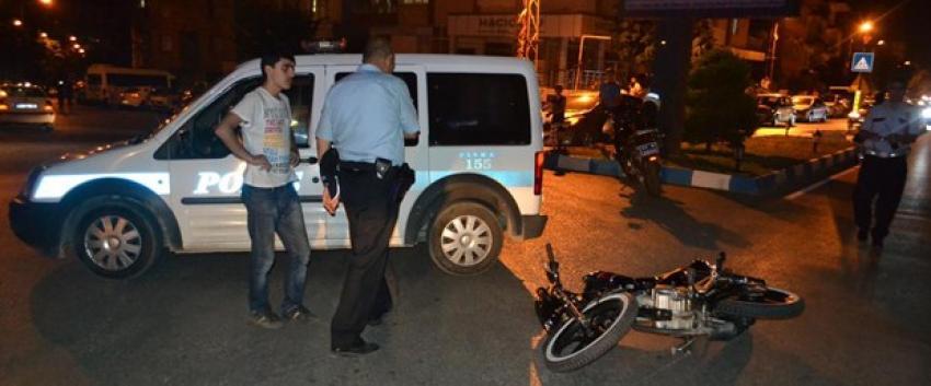 Kaçan motosiklet polise çarptı
