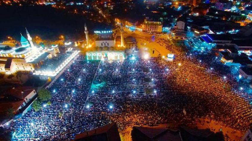 Konya'da 60 bin kişi namaz kıldı!