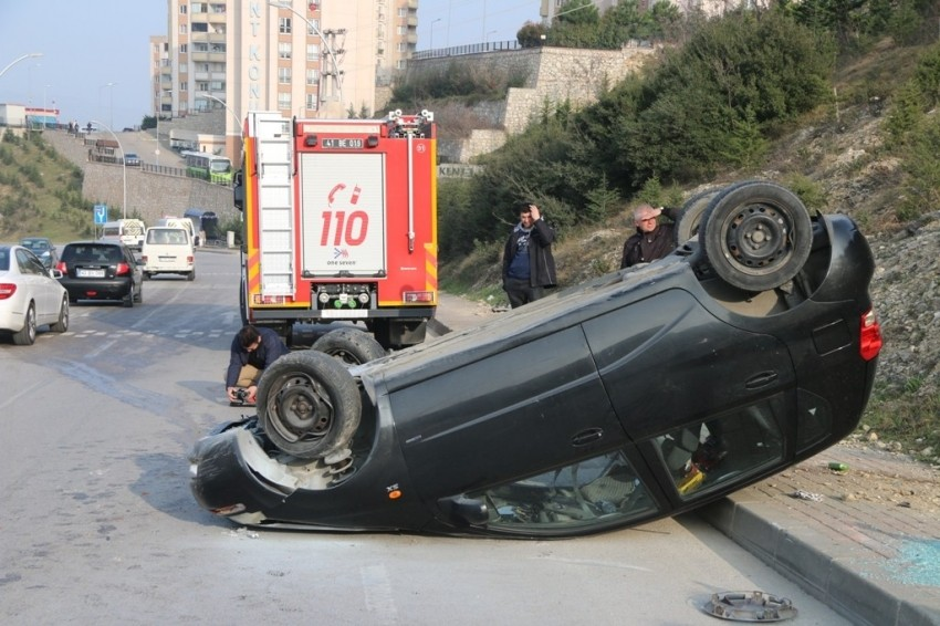 Kaldırma çıkan otomobil takla attı: 2 yaralı