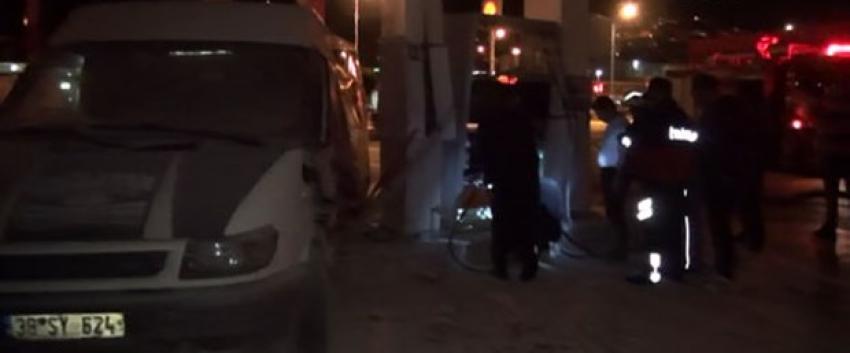 Kırmızı ışık ihlali yapan minibüs akaryakıt istasyonuna girdi