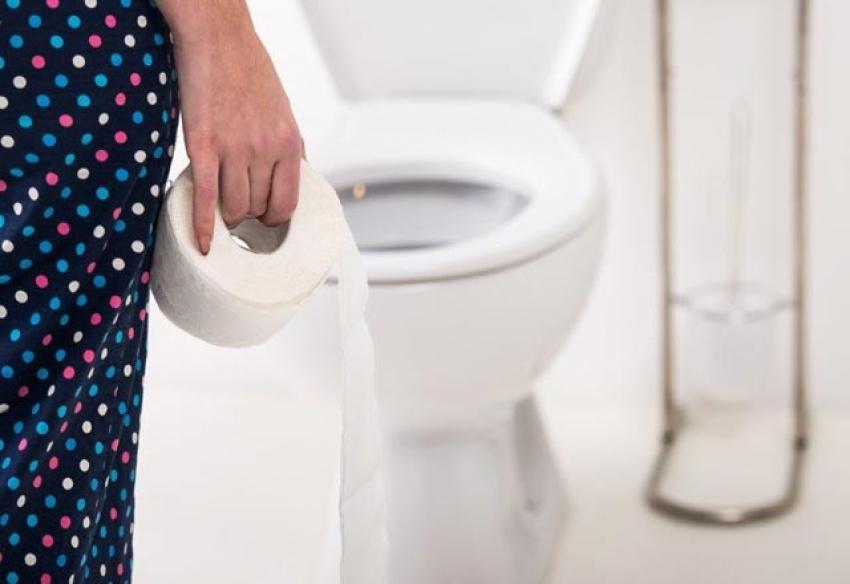 Klozete tuvalet kağıdı sermek...