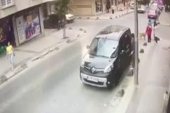 Kontrolden çıkan otomobil kadınların üzerine böyle savruldu