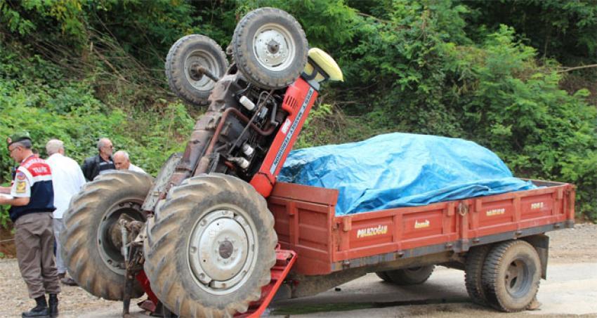 Kum yüklü traktör rampa çıkarken ters döndü