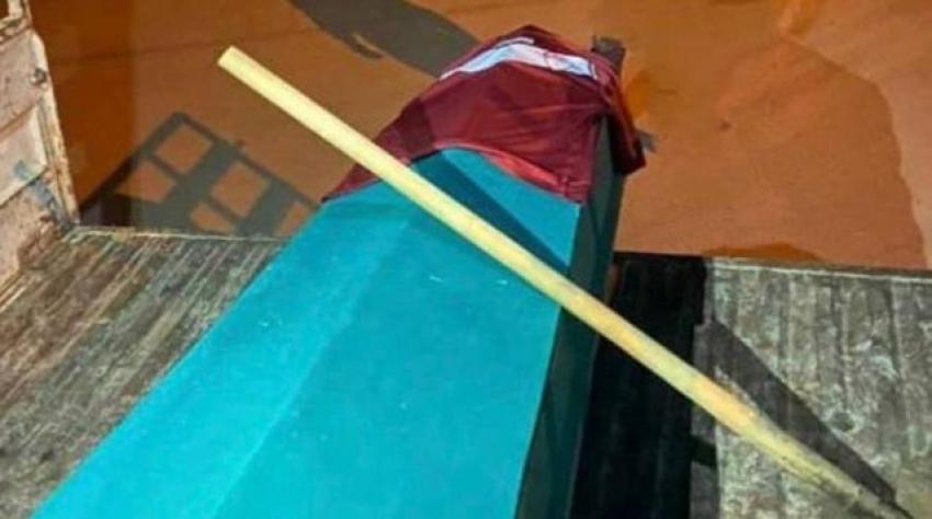 Taraftarlar küme düşen takımlarının tesisine tabut ve kürek bıraktı