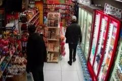 Market sahibinin hırsızları tekme tokat döverek dışarı attığı anlar kamerada