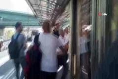 Metrobüs durağında tekme ve tokatlı kavga kamerada