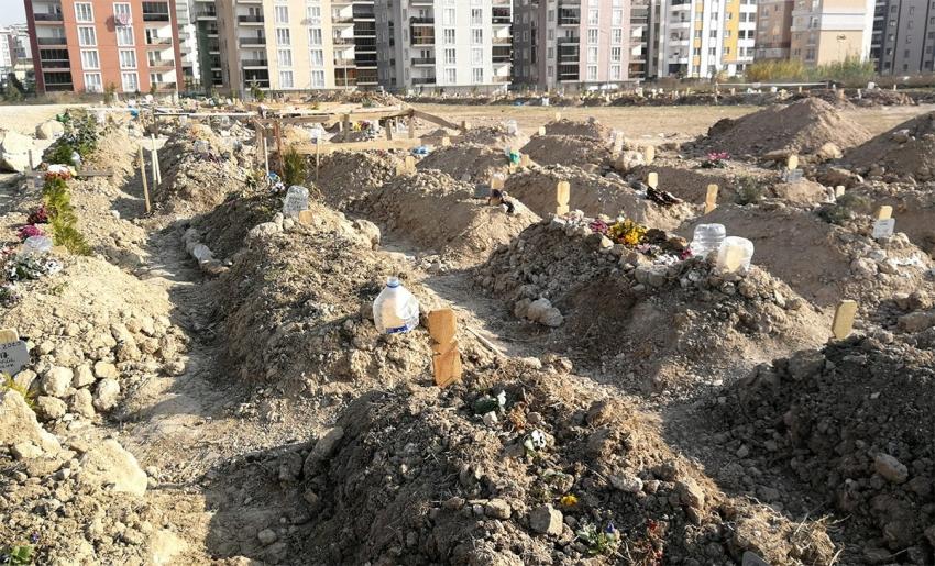 Bursa'da mezar üzerine mezar kazılıyor