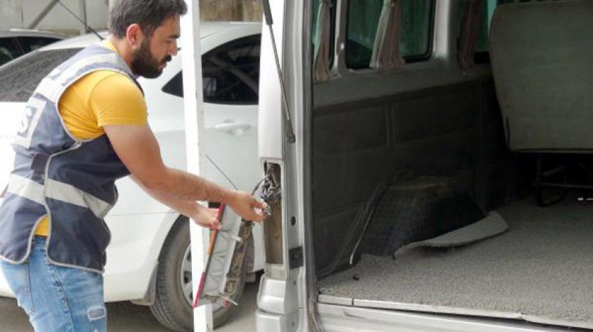 Minibüste kumandalı kaçak sigara zulası