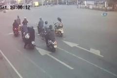 Motosiklet sürücüsü metrelerce sürüklendi