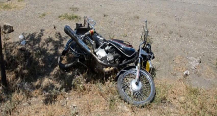 Motosiklet yoldan çıktı: 1 ölü, 1 yaralı