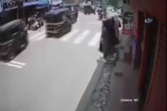 Öfkeli boğa kadını hedef aldı