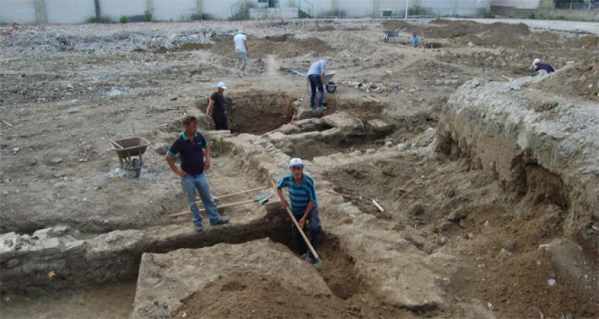 Okul binasının temelinden kümbet mezarlar çıktı