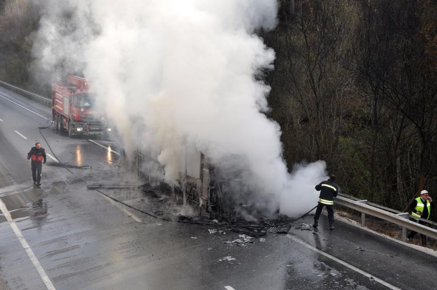 Bursa'da otobüs seyir halindeyken alev alev yandı
