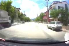 Otomobil çocuğa böyle çarptı