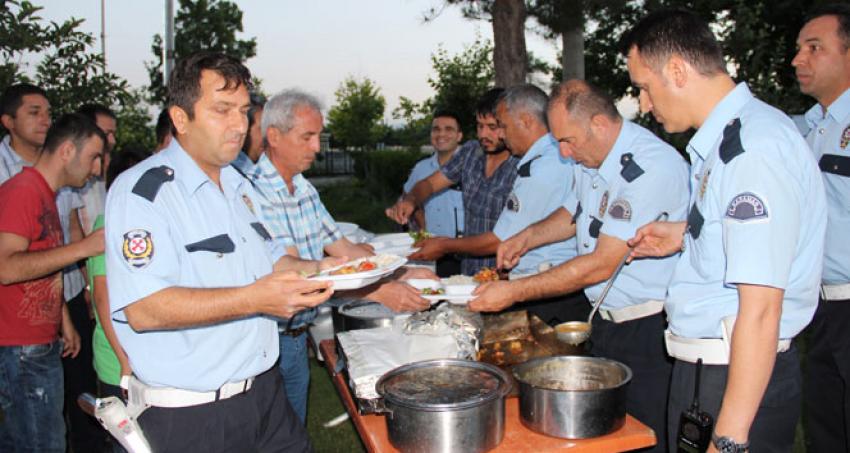 Polisten sürücülere iftar