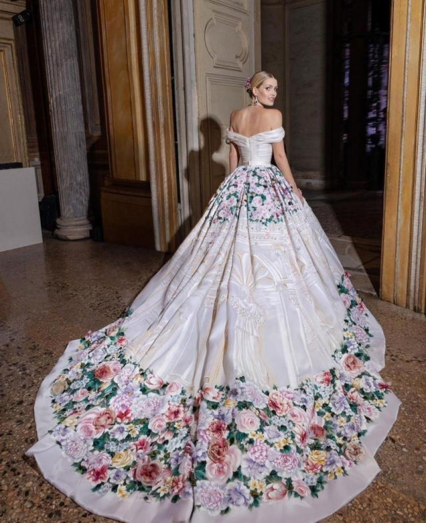 Prenses Diana'nın yeğeni Lady Kitty Spencer, düğününde adeta defile yaptı!