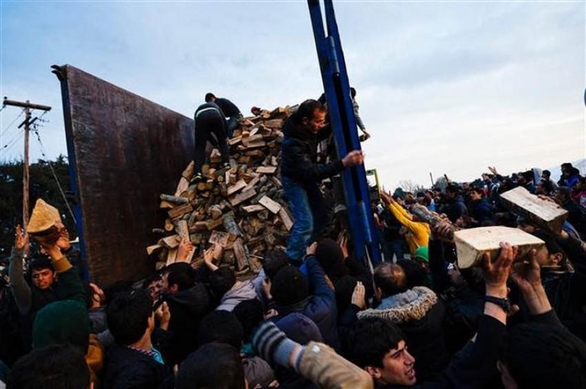 Göçmen kampında odun izdihamı