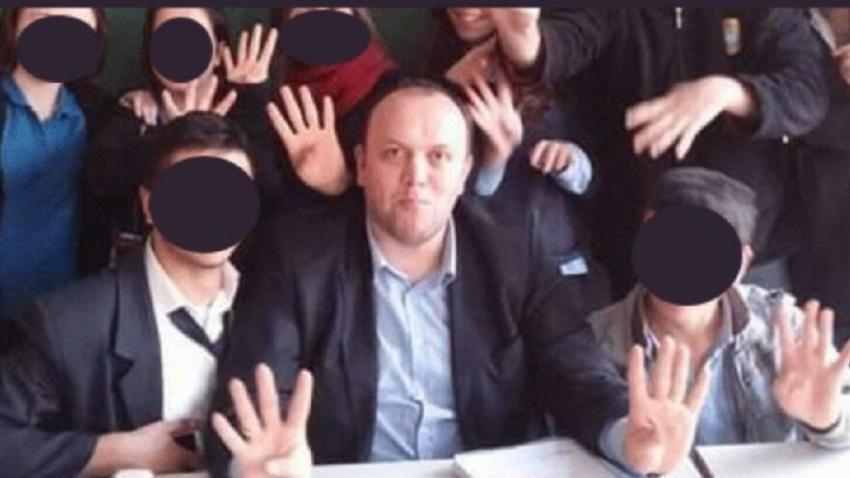 Rabia işareti yaptıran okul müdürü tepki çekti