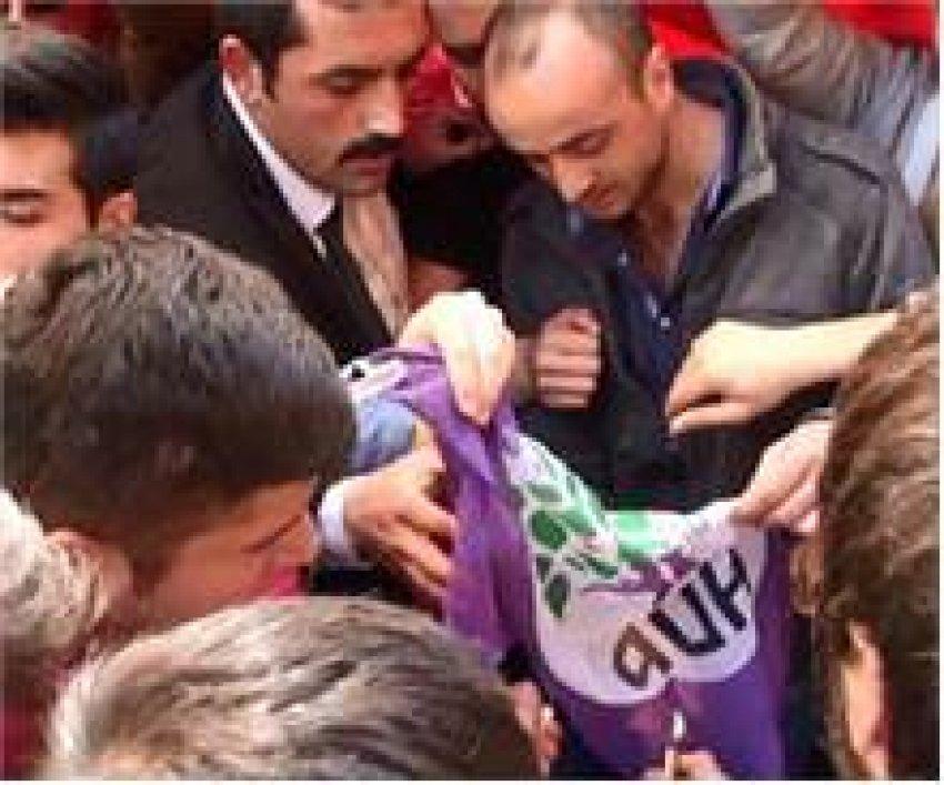HDP seçim bürosu önünde arbede