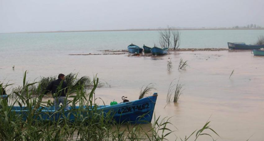 Sağanak yağış tekneleri batırdı