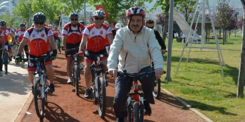 Sağlık Bakanı'ndan bisikletle sabah sporu