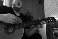 Şahan Gökbakar gitarla şarkı söylerse
