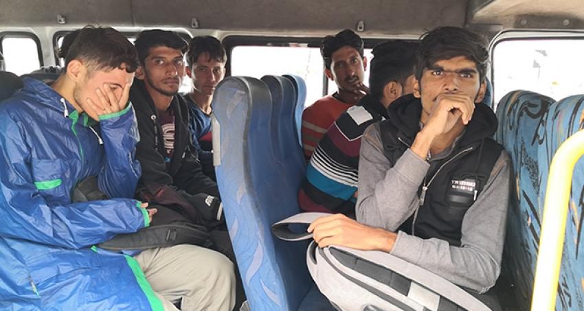 Sahte pasaportlu göçmenleri polisin dikkati yakalattı.
