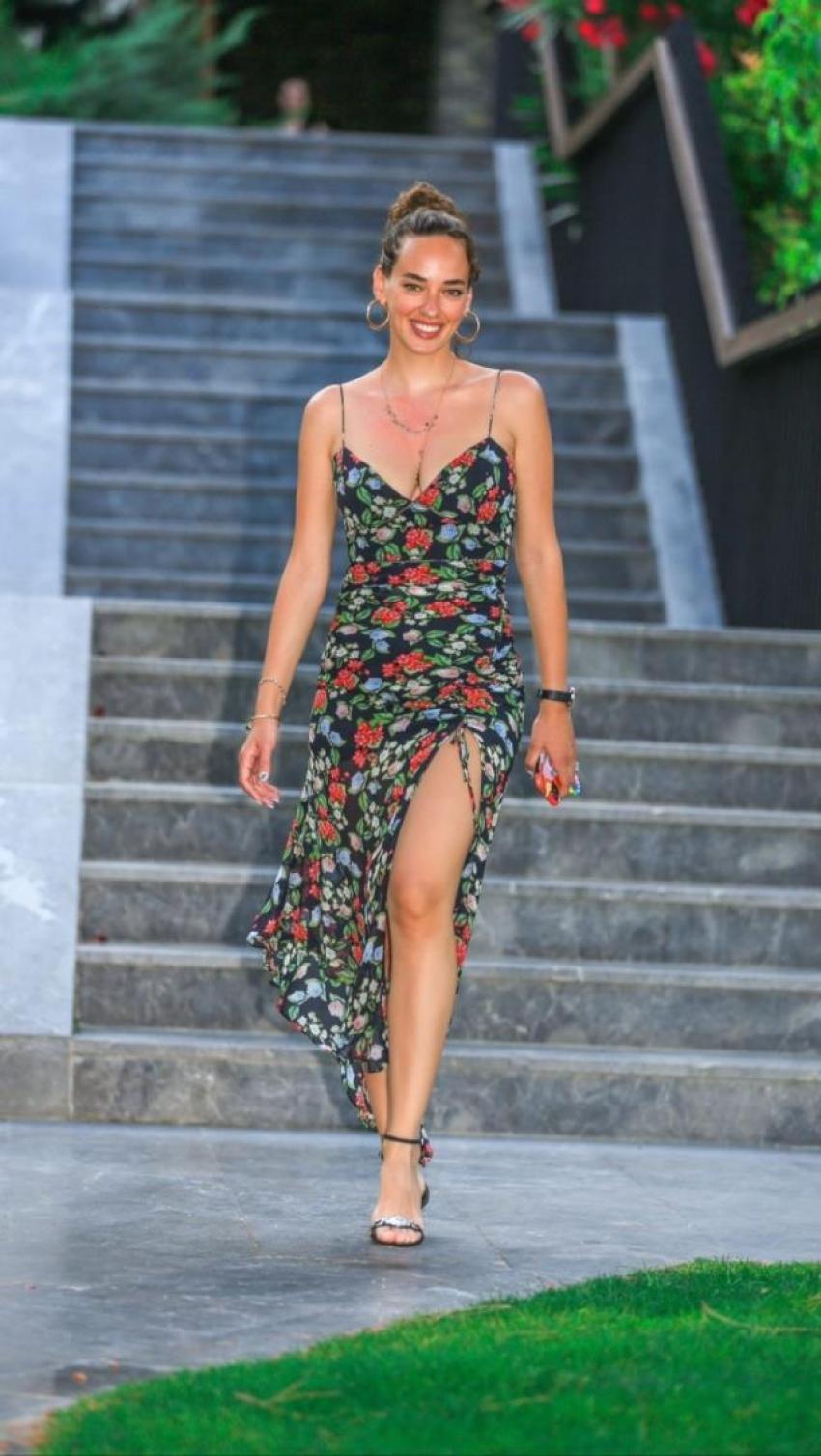 Seda Bakan, derin dekolteli elbisesiyle beğeni topladı