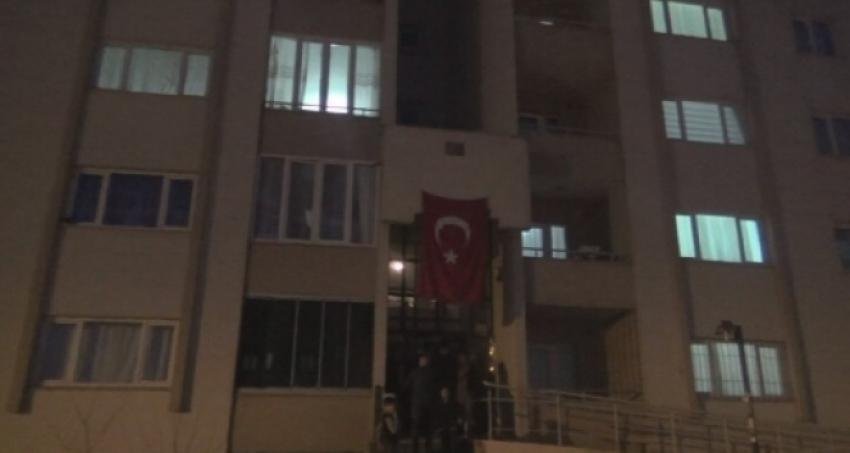 Ağrı'da şehidin evine Türk bayrağı asıldı
