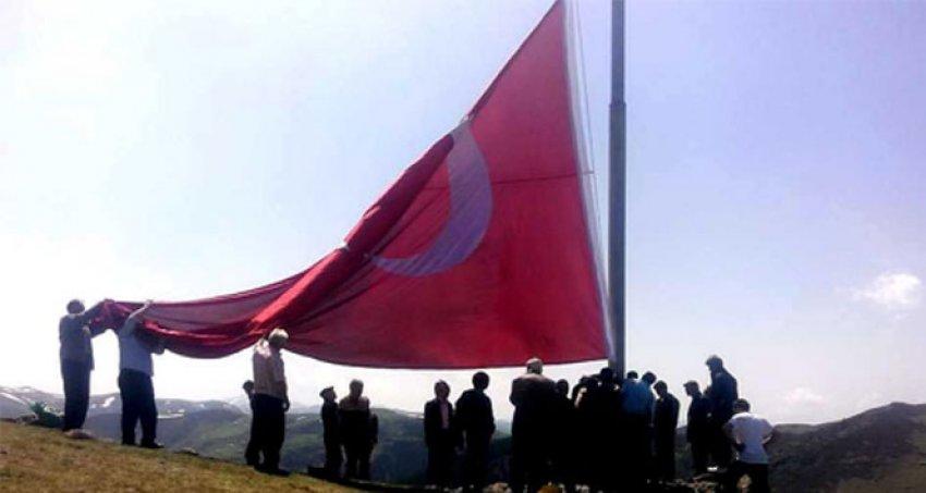 Şehit Savcı Kiraz için 54 metrekarelik Türk bayrağı