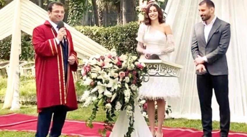 Bursaspor'un eski futbolcusu Şener Özbayraklı, güzel oyuncu ile dünya evine girdi