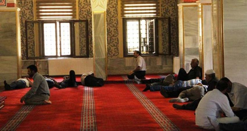 Sıcaktan bunalan vatandaşlar camileri mesken tuttu