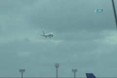 Şiddetli rüzgardan uçakları beşik gibi sallandı