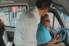 Şoföre yumruk attı, minibüs kaza yaptı