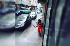 Sokakları dans ederek temizliyor