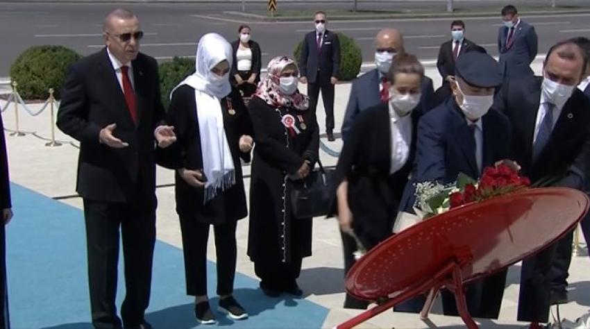 Cumhurbaşkanı Erdoğan, Külliye'deki 15 Temmuz Anıtı'na çelenk bıraktı