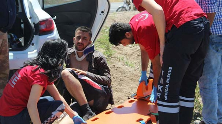Kaza yapan otomobilin bagajından 3 yaralı çıktı