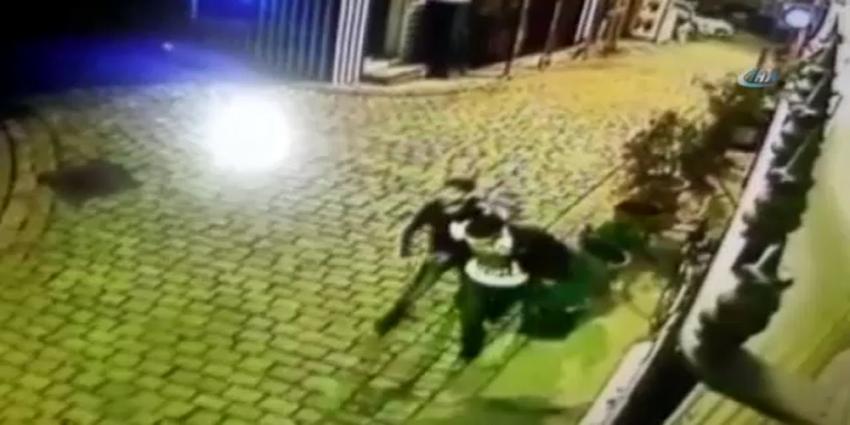 Hırsızı suçüstü yakaladı, polise teslim etti