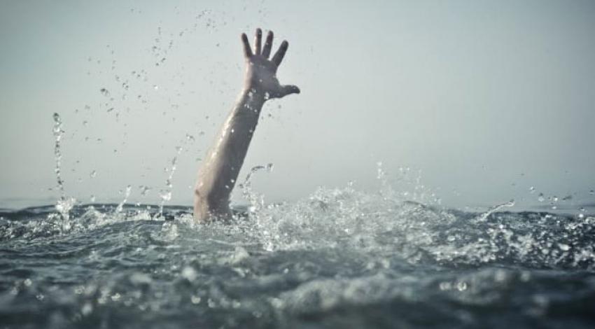 Denize giren baba boğuldu oğlu kurtarıldı