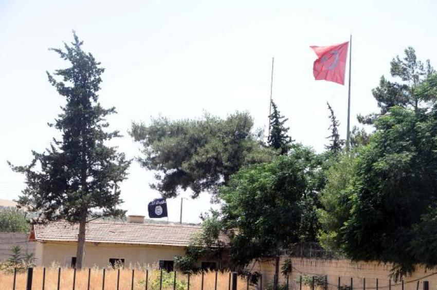 Sınırda IŞİD ve Türk bayrağı yan yana