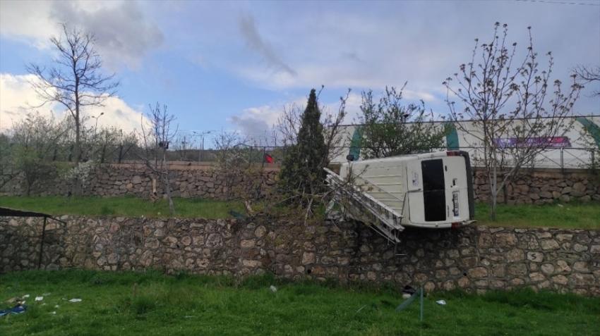 Bursa'da minibüs devrildi!